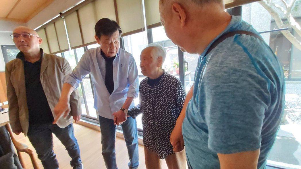 導演鄧安寧(左起)、寇世勳拜訪大林慈濟醫院曹汶龍醫師,和曹醫師的媽媽話家常。圖/...