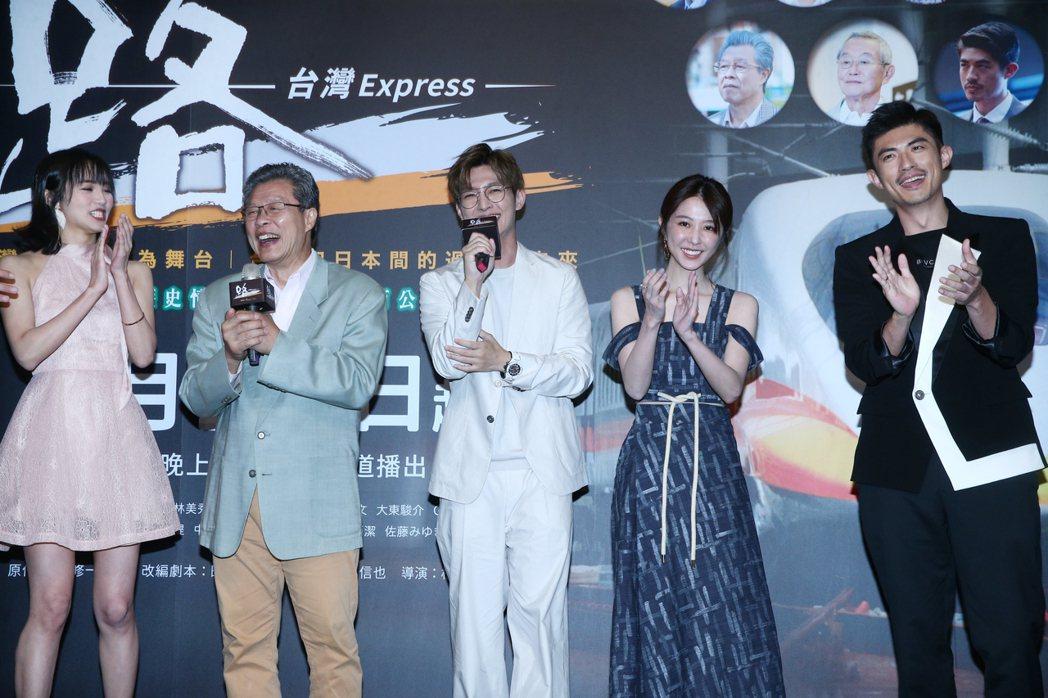 炎亞綸(中)唱起楊烈的經典歌曲「如果能夠」。記者蘇健忠/攝影