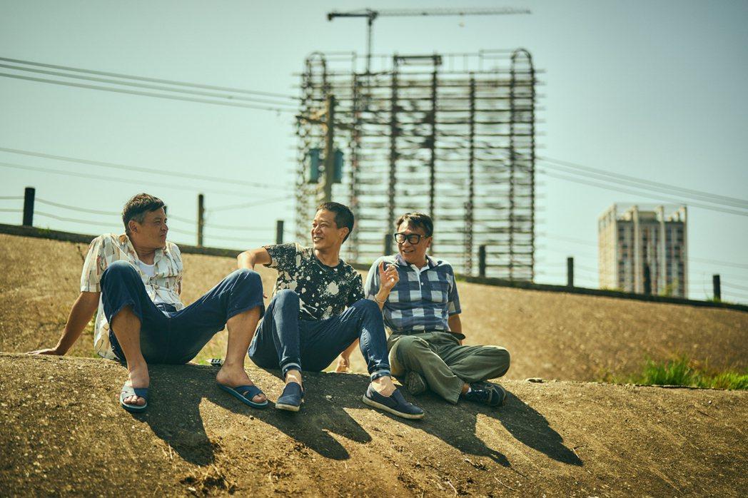 李銘順(左起)、薛仕凌、游安順在「做工的人」大做發財夢。圖/大慕影藝提供