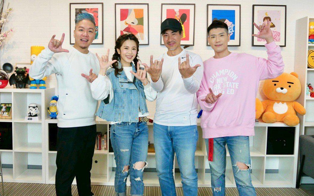 翁家明(右)、廖苡喬上「娛樂超skr」接受主持人小路、阿甘訪問。圖/民視提供