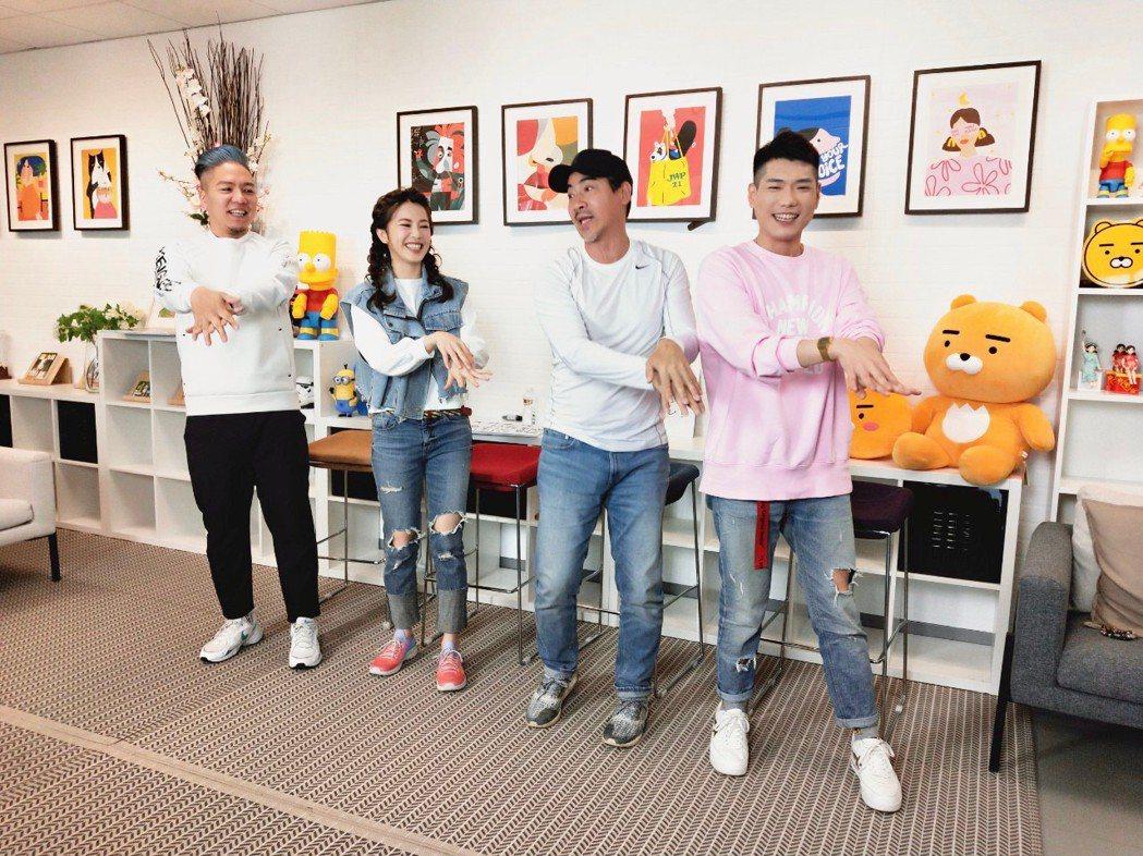 翁家明(右)、廖苡喬上「娛樂超skr」,帶領眾人大跳自編防疫洗手舞。圖/民視提供