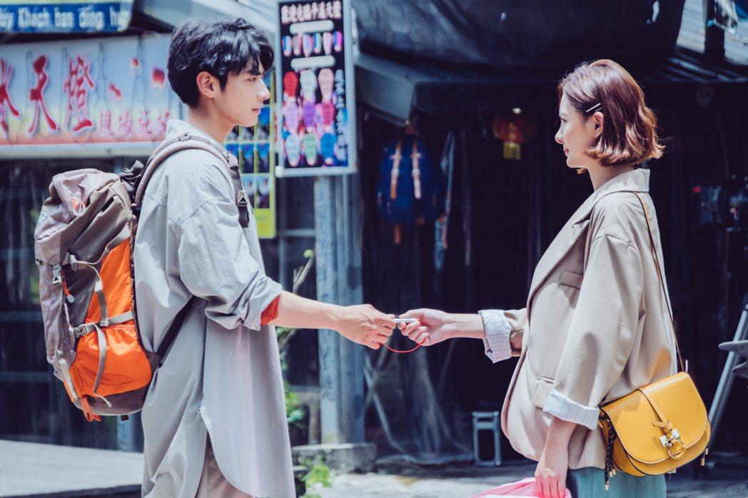 安心亞(右)、宋柏緯在「墜愛」戲中浪漫重逢。圖/歐銻銻娛樂提供