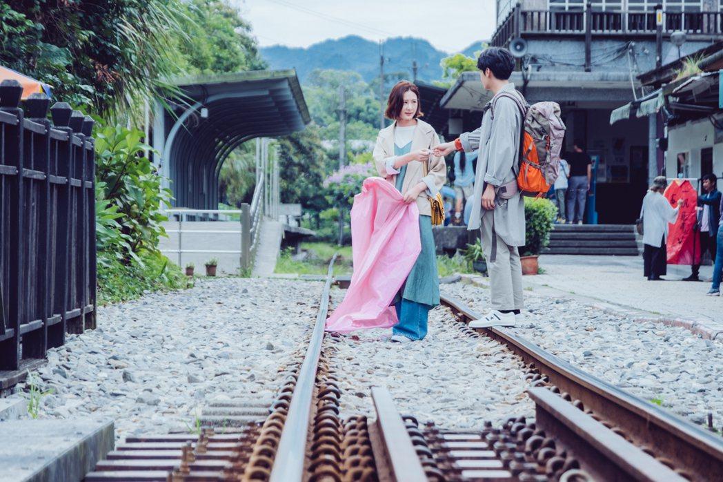 安心亞(左)想點天燈,宋柏緯借她打火機。圖/歐銻銻娛樂提供