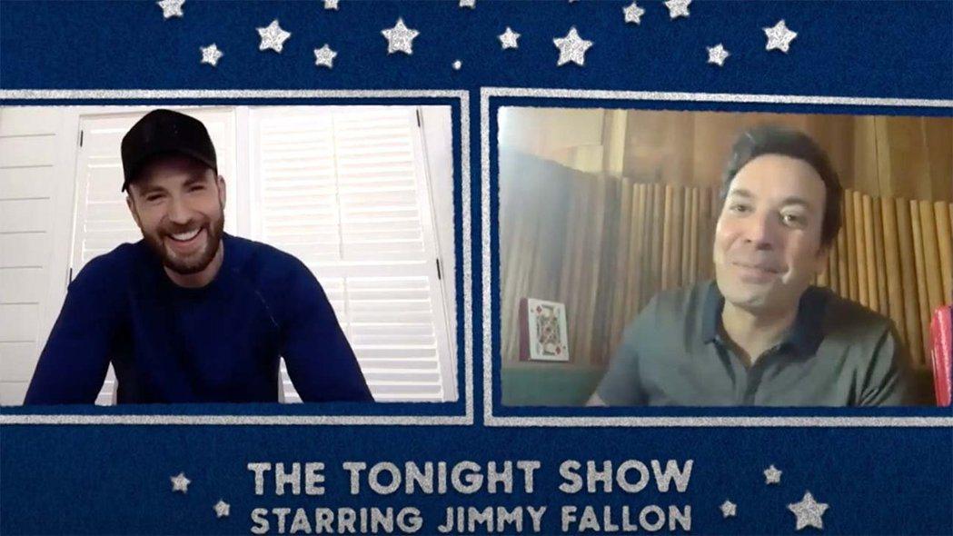 克里斯伊凡(左)隔空接受吉米法隆訪問。圖/摘自YouTube