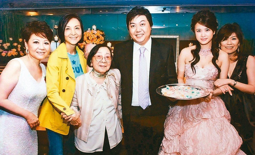 母親的晚年都是陳淑麗(左二)在照顧,母女感情非常深厚。 記者林俊良╱翻攝