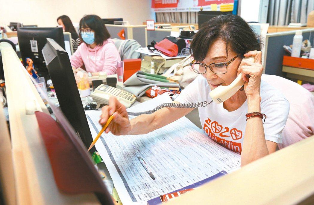 樂在當志工的陳淑麗,為了董氏基金會的戒菸活動,卯足全力。 記者林俊良/攝影