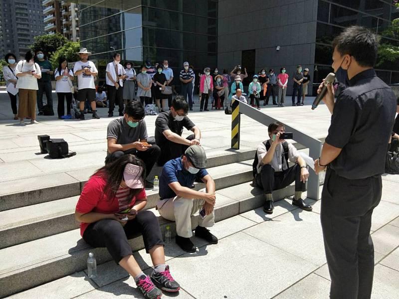 台灣基督教台中分會等團體約200人到台中市議會前靜坐陳情,反對台中市府以公部門預算購置大安媽祖文化園區的媽祖雕像。 記者張明慧/攝影