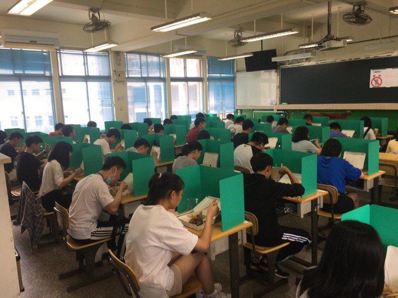 考生用餐時,座位以隔板隔開。圖/讀者提供