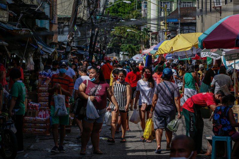 大馬尼拉地區因新冠肺炎疫情封城2個月後,今天是放寬強化社區隔離措施首日,多家購物中心重新開門迎客,但商場內多數店家仍未開始營業,不見往日購物人潮。 歐新社