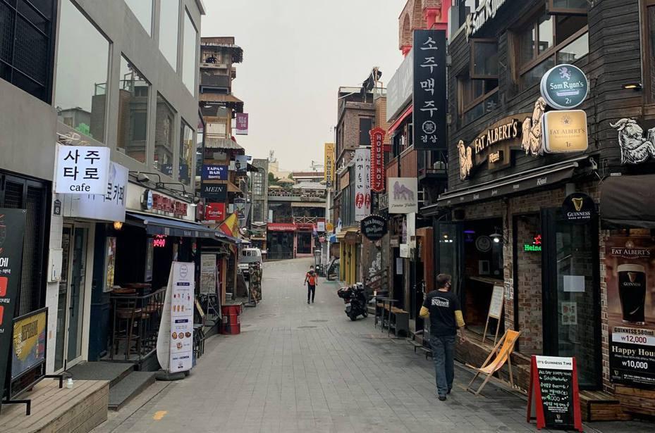 图为5月14日的首尔梨泰院一带,街上行人少。(路透社)