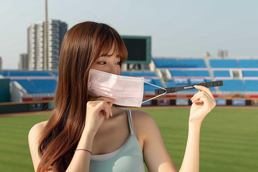 長時間配戴口罩導致耳朵不適,現在到Skoda展間賞車即可獲贈減壓條。 圖/Sko...