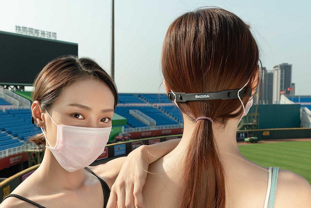 長時間被耳掛鬆緊帶束縛的結果,很多人因此耳朵紅腫甚至發炎。 圖/Skoda提供