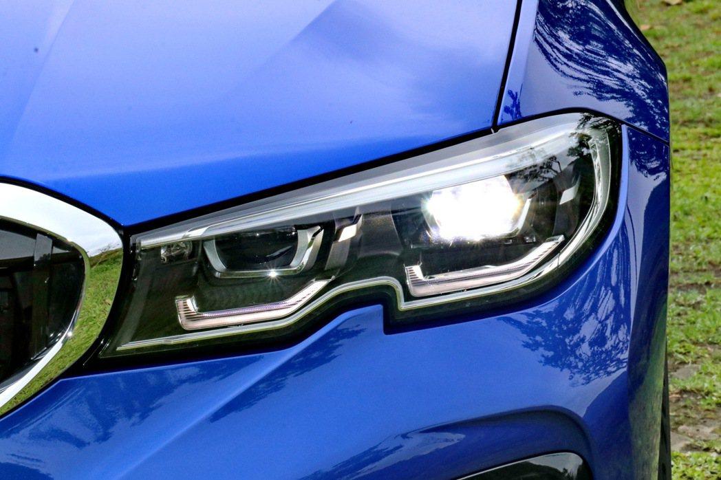 頭燈配置則以融合LED日行燈的主動轉向式LED頭燈組,提供相當科技感的車頭印象。...