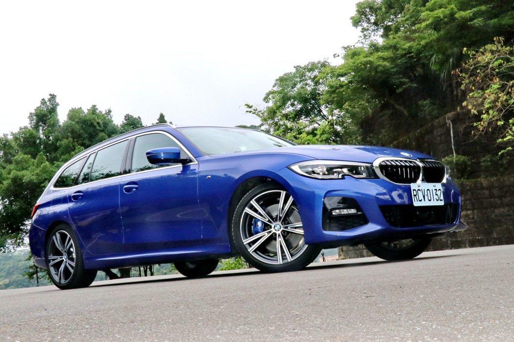 BMW 330i Touring M Sport擁有相當美型又動感的外表。 記者...