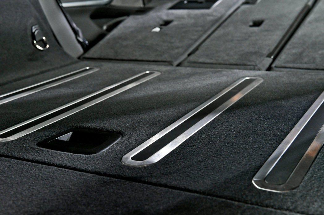 行李廂底部首次搭載「後廂底板自動止滑功能」,底板上的防滑滑軌在車輛啟動時會自動微...