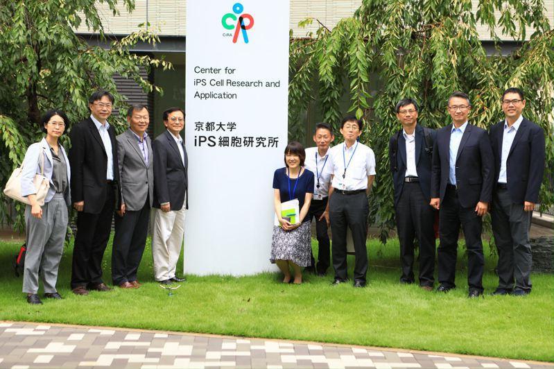 交通大學及陽明大學團隊(左三為交大林奇宏副校長)與日本京都大學研究團隊,曾多次互訪,實地了解兩校的教育與研發能量。圖/交通大學提供