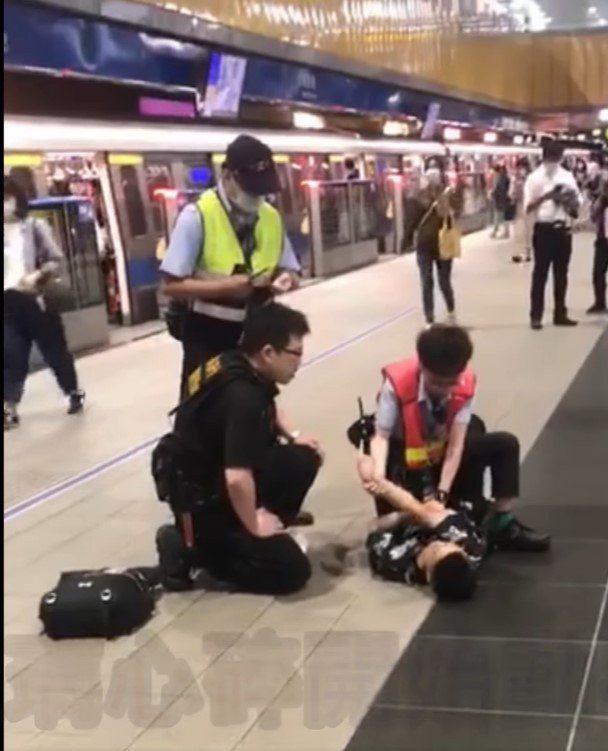 一名年約20多歲的鄭姓女子昨天晚上6點56分在台北捷運市政府站,因沒戴口罩強行要...