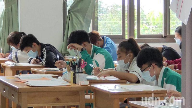 109年國中會考今登場,台東考生全程戴口罩應試。記者羅紹平/攝影