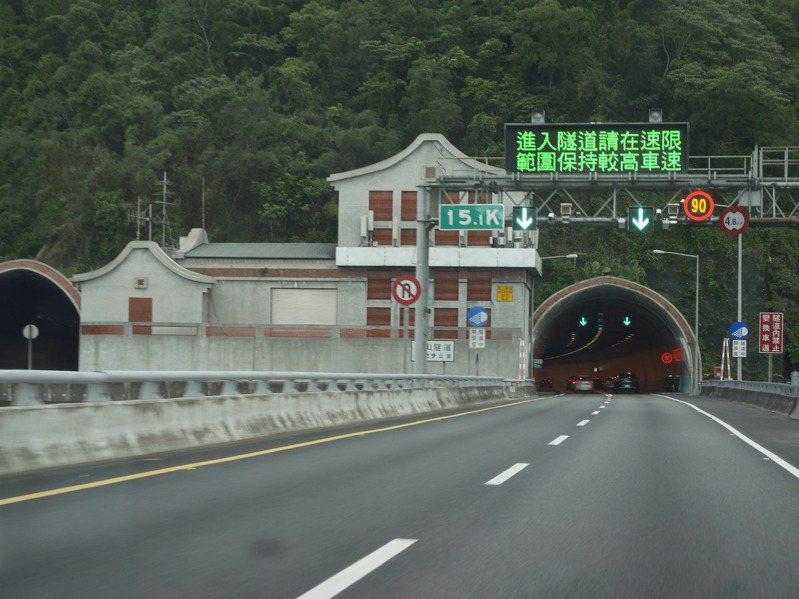 雪隧內限速90公里,因為有10公里寬容值,開到100公里也是安啦。記者吳淑君/攝影
