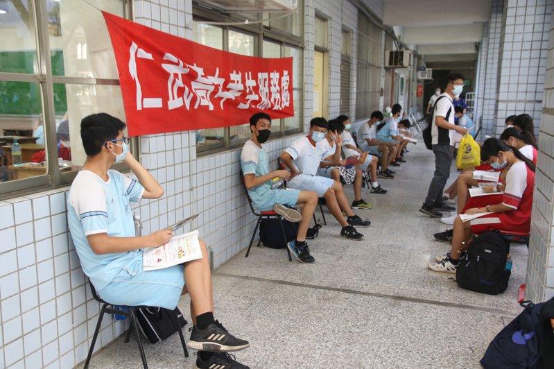 國中會考是疫情爆發以來第二場採高規格防疫升學考,考場內座位區也維持社交距離。圖/教育部提供