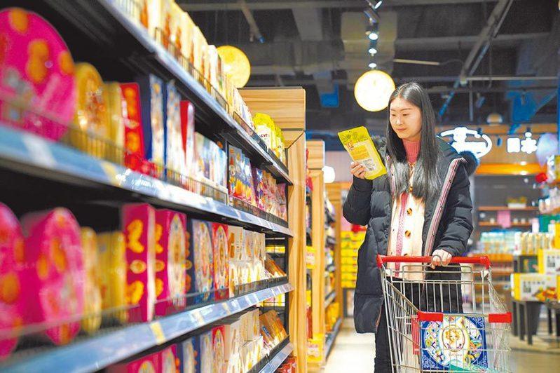 林毅夫認為,在城市地區發放消費券可發揮一石二鳥的作用。圖/新華社資料照片