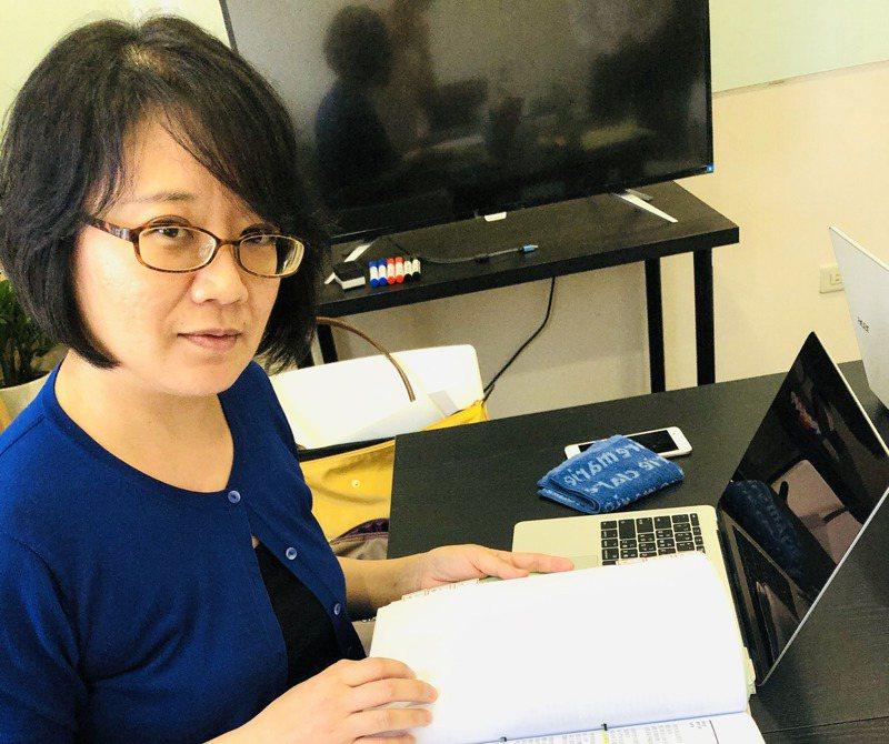 女同志黃郁涵提供給律師的厚厚資料,包括兩人20年來的情書、合照等。記者何定照/攝影