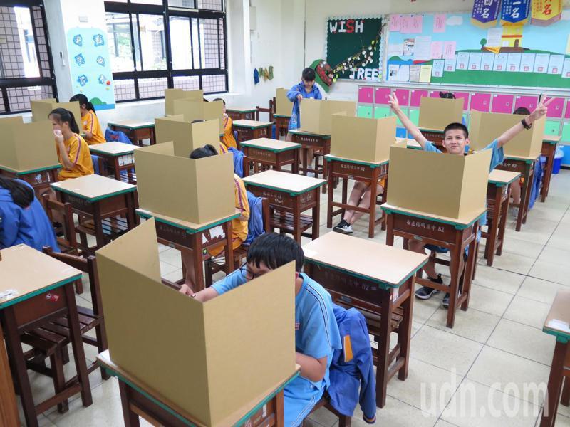 桃園陽明高中為國中會考考場之一,今天中午學生使用隔板在座位上用餐,相當安靜。記者張裕珍/攝影