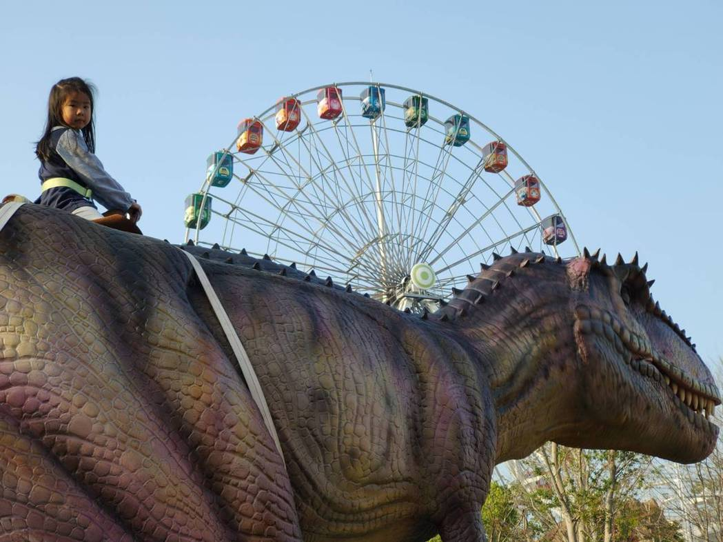 台北的兒童新樂園從3月3日起關閉室內遊樂區後,今天起嘗試在假日開放密室脫逃、恐龍...