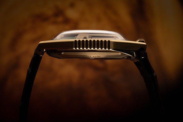 UR 100-C3PO黃金腕表不規則的表殼線條,靈感來自星際大戰中的宇宙飛船「千...