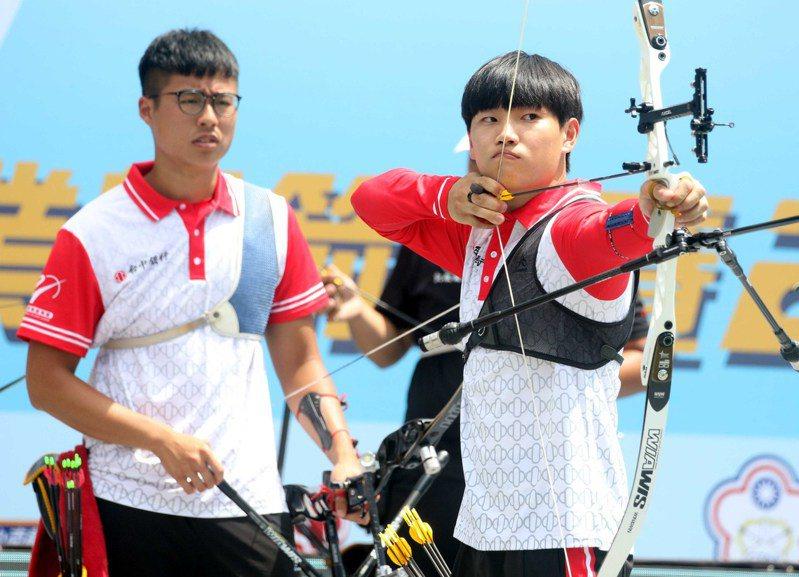 台中銀行崔健(右)是企業射箭聯賽史上首位外籍選手。圖/中華企業射箭聯盟提供