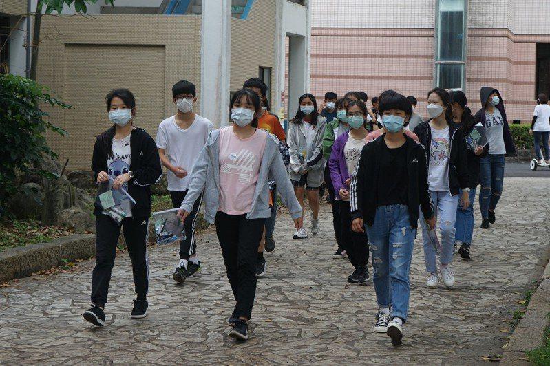 國中教育會考今天登場,花蓮考區防疫措施嚴密,考生入場要噴酒精。記者王燕華/攝影