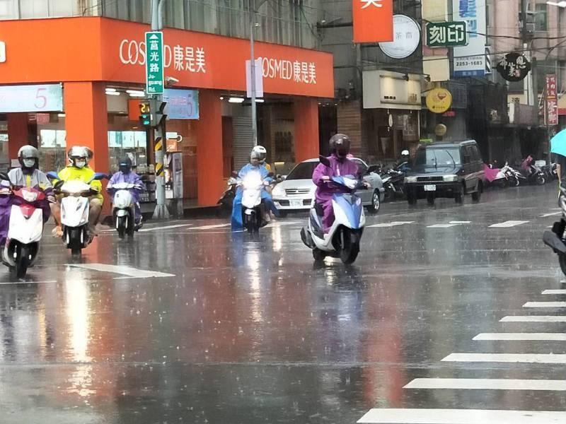 因受豪大雨影響,板橋區大同路、力行街、和安一路及大觀路二段路等一帶斷電,圖為下雨示意圖。記者江婉儀/攝影