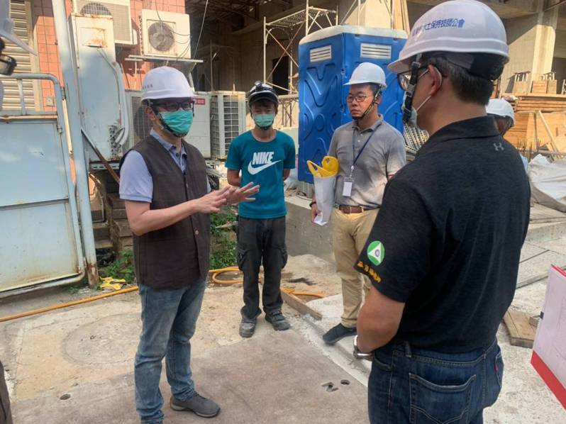 輕颱黃蜂明天最接近台灣,新北市農業局表示,已針對領有水土保持施工許可證工程127件,已通知並成立災害搶救小組,做好防颱準備。圖/新北市農業局提供