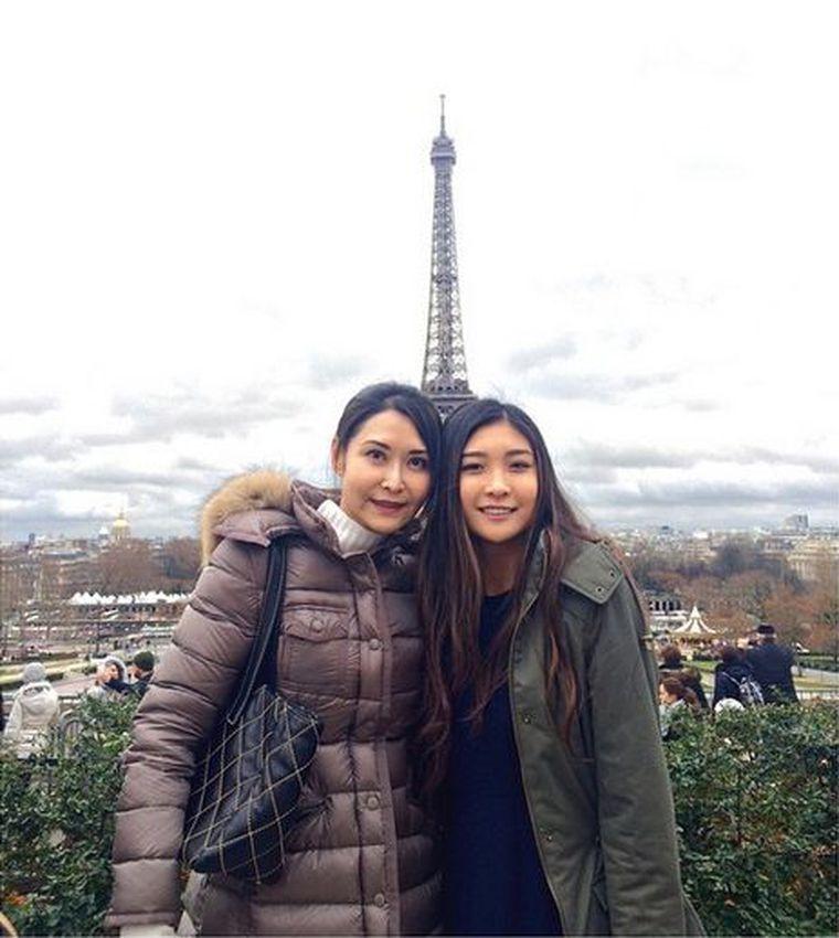 胡芷欣(右)曾與媽媽葉玉卿共同遊巴黎,當時已在治療憂鬱症。圖/摘自IG