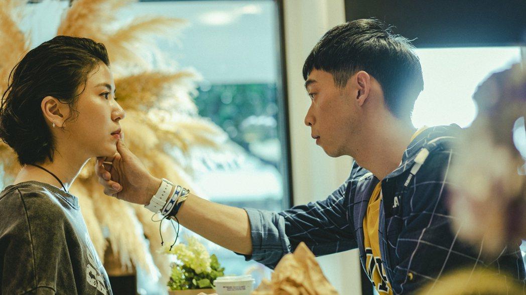王可元(右)在劇中用手抹掉陳璇臉上的番茄醬。圖/華視提供