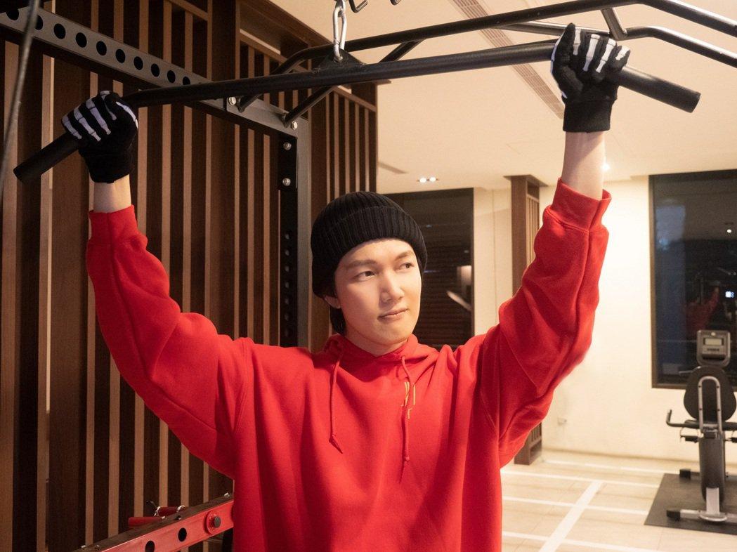 陳傑瑞購入健身器材,為下半年宣傳儲存能量。圖/杰瑞克有限公司提供