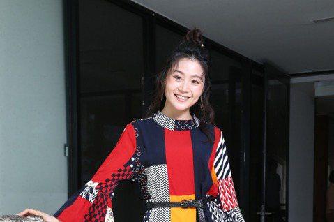楊小黎日前接下三立行腳節目「在台灣的故事」,成為第11代主持人,也是節目開播21年來首位女主持。她去年就被製作人相中,在主持時完全沒包袱,原來她從小學五年級時就主持過兒童外景教育節目「大自然教室」,...