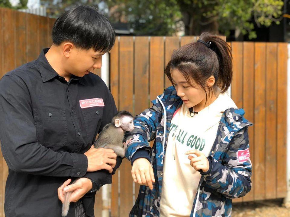 楊小黎在節目中走訪動物園,近距離與動物接觸。圖/摘自楊小黎臉書