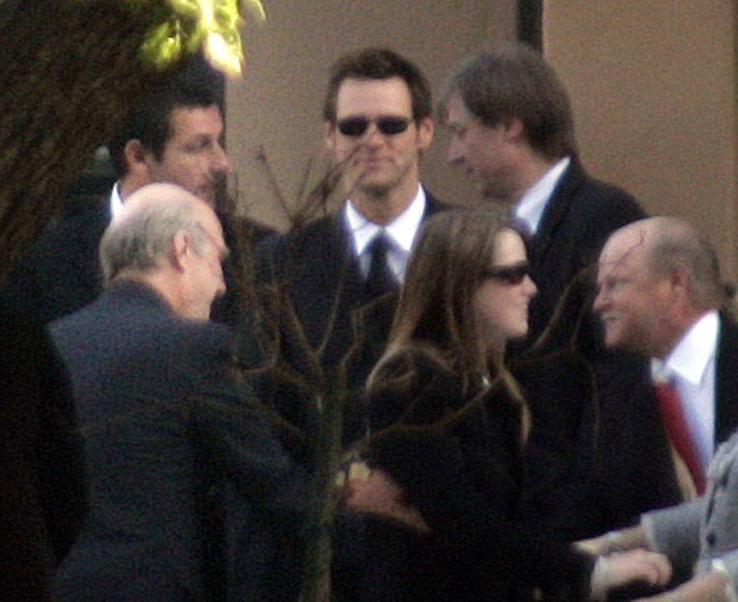 亞當山德勒(後排左一)、金凱瑞(後排中)曾一起出席演藝圈前輩的喪禮,私下頗有交情...