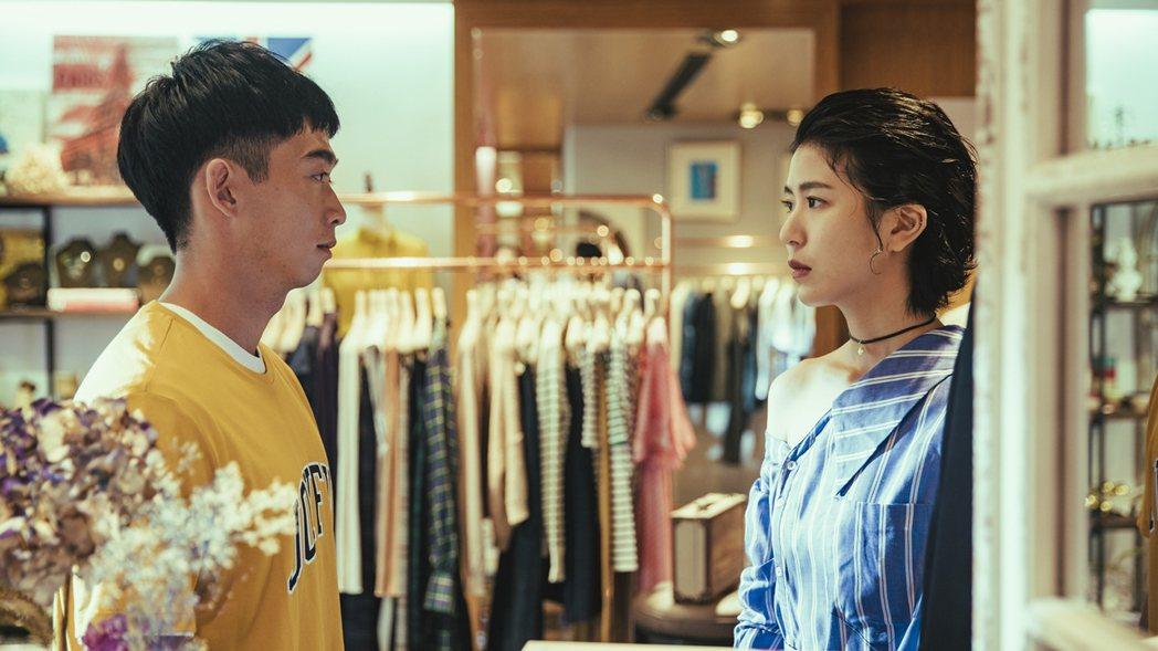 王可元(左)在劇中飾演陳璇的服飾店員工,2人互動有許多曖昧戲。圖/華視提供
