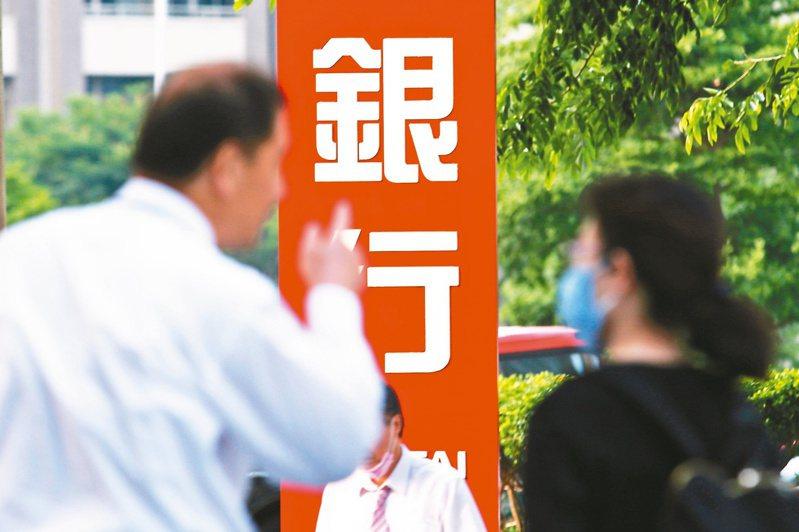 勞動部4月底推出勞工紓困貸款,每人上限可貸10萬元,預計加碼至100萬名額。圖/聯合報系資料照片