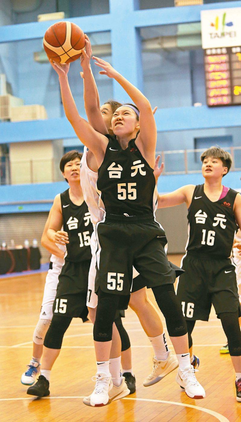 台元隊彭曉彤(前)攻下生涯新高廿八分。 圖/中華籃球協會提供