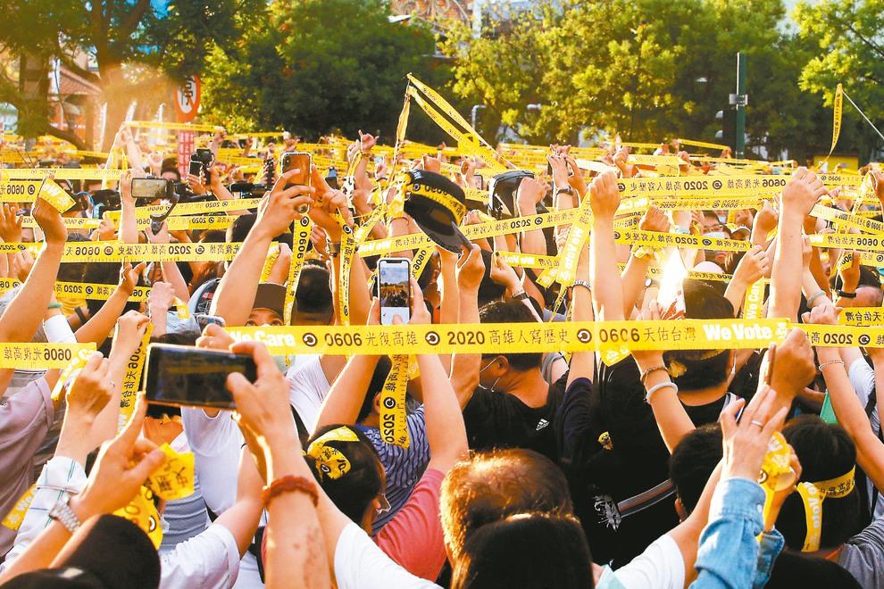 罷韓團體高舉黃絲帶表達罷免韓國瑜的決心。記者劉學聖/攝影