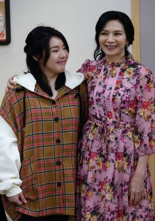 娃娃(左)和小百合劇中飾演一對母女。圖/東風衛視提供