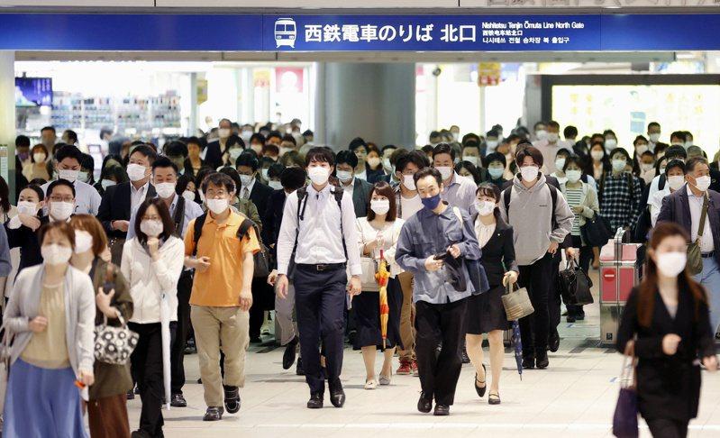 疫情衝擊日本社會,出現青年返鄉歧視外人等現象。 路透社