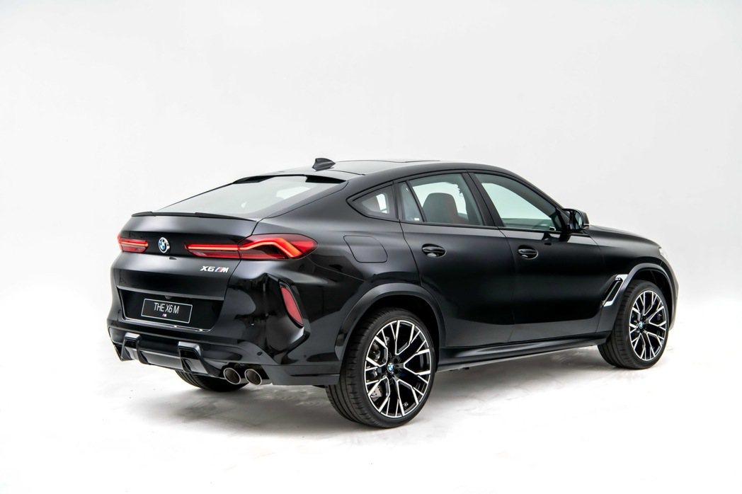 厚實霸氣的保桿搭配立體輪廓的反光片讓車尾造型更為寬闊,展現出X6 M獨具一格的王...