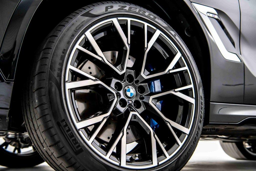 全新X6 M搭載專屬的前21、後22吋M星幅式809M型輪圈。 圖/汎德提供