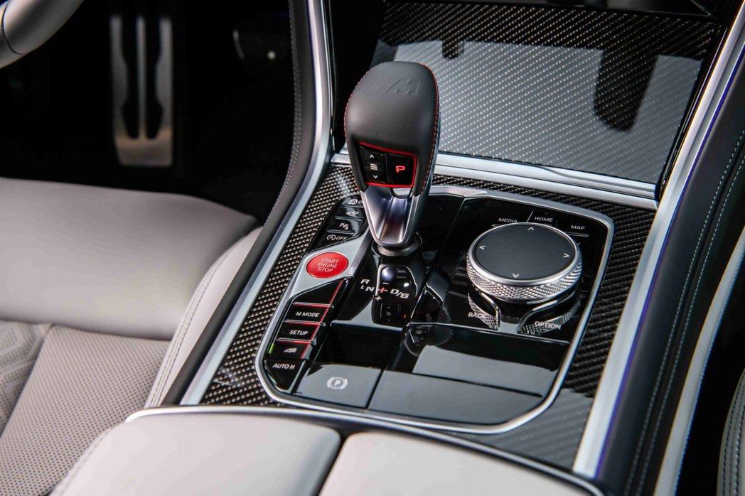 BMW X6 M採用Drivelogic三段換檔邏輯,緊密順暢的換檔反應提升行駛...