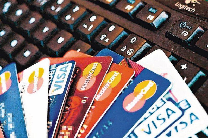 有網友在大賣場遇到推銷信用卡的銀行業務員,沒想到婉拒後卻遭對方嗆聲。 圖/聯合報系資料照片