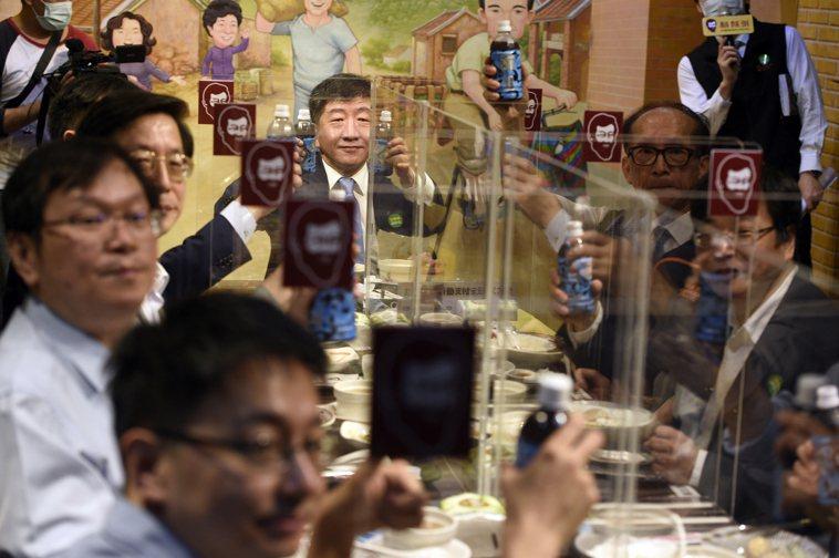 中央流行疫情指揮中心指揮官陳時中(中)帶領防疫團隊,前往知名魯肉飯店家用餐,並舉...
